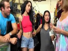 Guarras muy contentos tienen sexo emocionante con chico en tienda de ropa