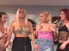 Rubia pelirroja morenas todas chica orgía, Brooke, Holly y Aimee se pela para uno con el otro cuando Sadie llega largo y se une a ellos. Aquí tenemos muchos tipos diferentes de las muchachas en una orgía grande uno con el otro. Lamiendo sus coños y digita