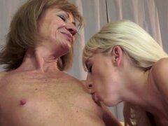 Dos lesbianas maduras están lamiendo coños