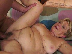 La abuela Chubby golpeó después preludio lento. La abuela Chubby obtiene su coño peludo golpeó después preludio lento
