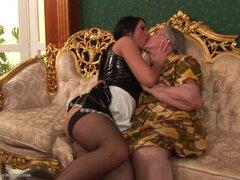 Emanuelle abuela seducida por limpieza de coño deseo Mairi - Emanuelle, Mairi