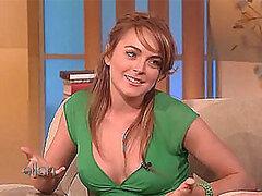 Preciosa celebridad alocada Lindsay Lohan expone su erotico escote por TV