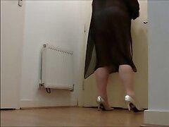 Camara oculta voyeur mostrandonos lo que hace esta caliente mujer mayor en su apartamento