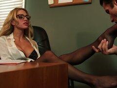 Profesora rubia pelo rizado Sarah Jessie da con el pie y golpes