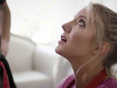 Mujer rubia de culo grande experimentó un sexo anal hardcore. Gran culo rubia mujer Candice Dare experimentado un hardcore sexo anal por dos ladrones desagradables con penes enormes Rubia MILF tomó algunas pollas y comenzó a chupar y realmente les gustó a