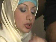Putita arabe increiblemente caliente muestra sus habilidades para follar y chupar pollas
