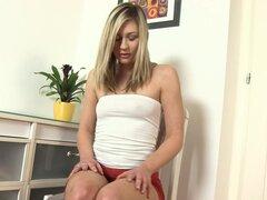 Lindo pequeño-titted babe Tracy deliciosa y su culo desnudo