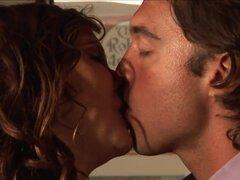 MILF tetona agradable diversión oral con su amante. MILF tetona y totalmente cachonda tiene un rato muy agradable con su amante en este video de sexo oral y se ve bastante bien.