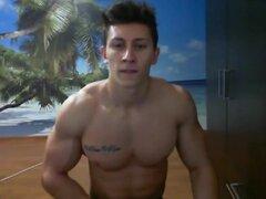 Muscular rumano tipo en la webcam,