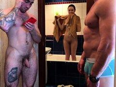 Petite chica Oriental tiene diversión con dos chicos musculosos en webcam