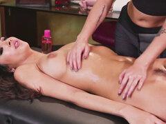 Jill con sus amigos va tribbing y lamiendo coño. Jill y Gianna entran en el salón de masajes profundamente en una discusión sobre los detalles de la boda Pronto el masaje se convierte en sexo lésbico trío Los placeres del masaje tántrico acaban de comenza