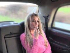 Salvaje rubia recibiendo gran polla en un taxi. Nena amateur rubia británica salvaje en pantalones de cuero negro no tiene dinero para un viaje en taxi, así que decide chupar y folla una polla enorme al conductor en el asiento trasero pov