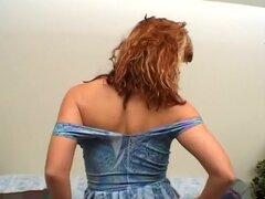 Caliente pelirroja MILF toma lo todo apagado, Samantha lleva un azul, vestido de piel apretada cuando ella comienza a frotar sus manos arriba y abajo de su cuerpo y luego aparece sus sus turgentes pechos de ella. Ella da vuelta alrededor, levanta la falda