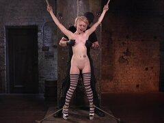 Brutal Tetas tortura y apretado coño penetración para Anna Tyler-Anna Tyler, El Papa