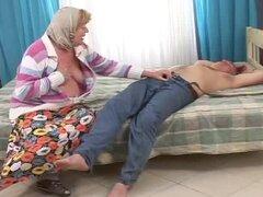 ¿Qué hace esta abuela con abuelo desnudo?