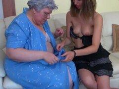 Big fat abuela con una mujer en la cama