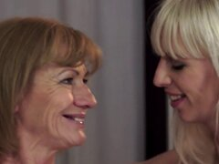 Maduras lesbianas oral lamida por teen hermosa. Maduras lesbianas oral lamida por hermosa teen en primer plano