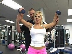 Hermosa rubia sexy Andi Anderson le encanta entrenar su sucio coño a manos de su entrenador personal