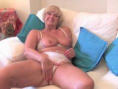 Abuela con tetas grandes se masturba con su colección de juguetes sexuales