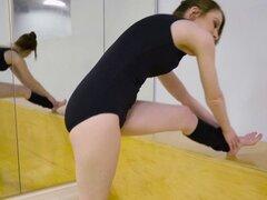 Anal bailarina follada en el gimnasio. Sexy bailarina morena petite Alice Merches practicando en el gimnasio y luego su bf digitación su coño antes de que ella anal cabalgando su pollón en el piso