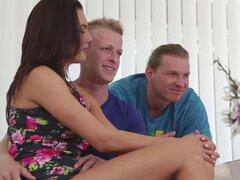 Vanessa cachonda aprecia sexo trío con su bisex. Dennis quiere follar un chico muscular caliente en el culo mientras su novia mira y ella haría cualquier cosa para hacerla servir viene de fantasía más popular a la vida que marca está dispuesta a ser folla