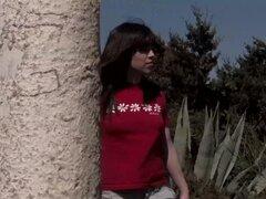 Chica española muestra a su hombre amor al aire libre
