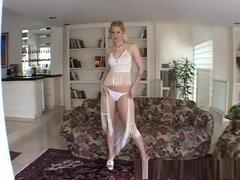 La increíble estrella porno Holly Stevens en crazy swallow, escena porno facial, cuando Holly Stevens se inclina, sientes que no tienes otra opción que bajarte los pantalones y meter tu vara en el coño mojado de ella.  Cualquier otra cosa sería un desperd