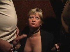 Flo perra y mujerzuela, En esta película porno xxx privada una señora madura rubia muestra sus habilidades en la mamada y la estimulación manual. Esta señora ama una fiesta de sexo en grupo y chupa con placer las pollas grandes y gordas de los dos hombres