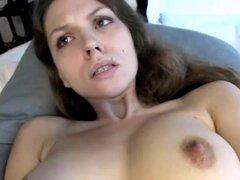 Chica hermosa con tetas naturales masturbándose frente la webcam