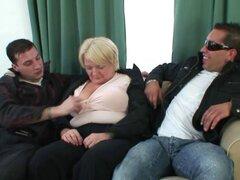 Dos tipos haciendo una abuelita borracha. Abuela borracha