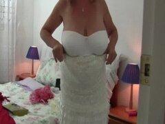 Abuela con tetas grandes lleva medias como ella folla un consolador