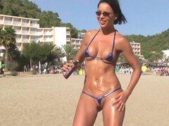 Playa caliente chica en micro bikini, tetas tetas grandes playa exhibicionista tetona desnuda voyeur intermitente atrevida playa pequeña sexy caliente