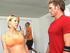 Instructor de gimnasio sexy follando delante de los miembros del gimnasio público
