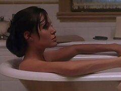 Espectacular celebridad muy sexy Angelina Jolie mostrando su caliente cuerpo en una bañera
