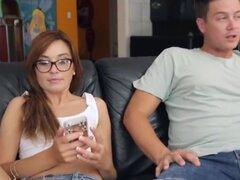 Kaylee Haze Rubio obtiene creampied dentro de su coño por su novio en su apartamento. Kaylee Haze Rubio obtiene creampied dentro de su coño por su novio en su apartamento en una tarde muy caliente. Están en el sofá y comenzó la acción de lamer las partes