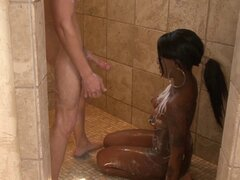 Masasge cuerpo interracial de una chica negra tatuada y sexy - Tatiana Foxx
