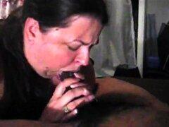 Mujer morena con curvas ofrece a un chico negro colgado de una mamada profunda