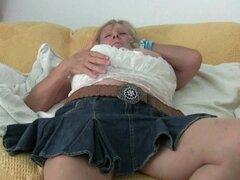 Abuela con tetas grandes se masturba en medias