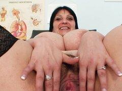 Enfermera gordita juguetes su vagina
