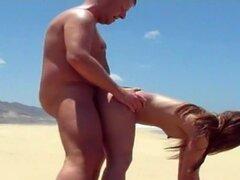 Estoy teniendo sexo con mi novio en mi video amateur de sexo por el culo, el clip facial amateur que publiqué en este sitio me muestra teniendo sexo en la playa y estirando mi trasero apretado.