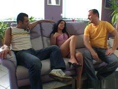 Mejor estrella porno Mya Diamond en Tríos locos, clip porno latina, Mya Diamond tiene un cuerpo construido para el sexo.  Y una mente que está construido para tener sexo en la cámara.  Solo mira la forma en que ella toma alegremente a estos dos gallos en