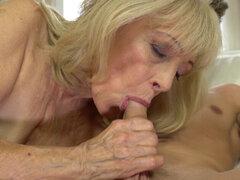 La abuela se hace jizzed. Vag tasted abuela consigue follada duro y jizzed en hd